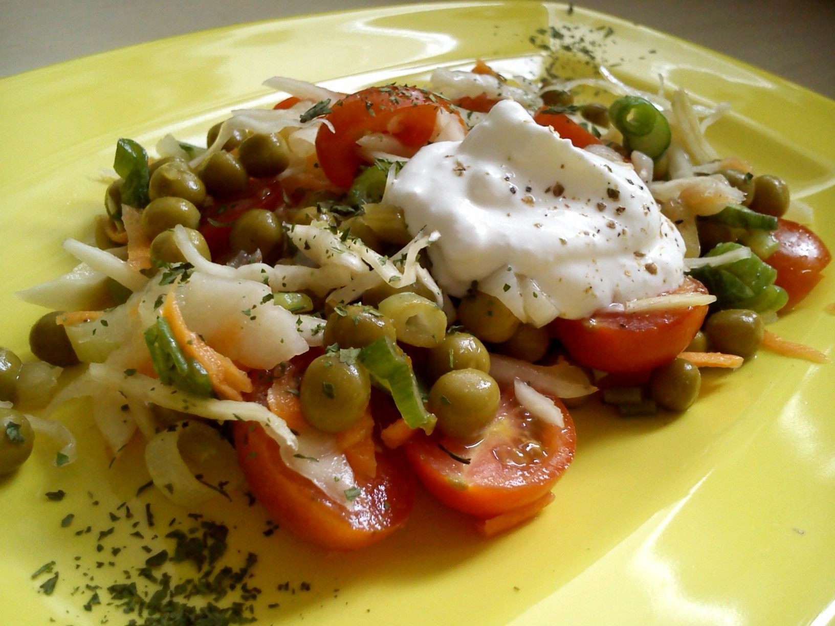 Zelný salát s rajčátky