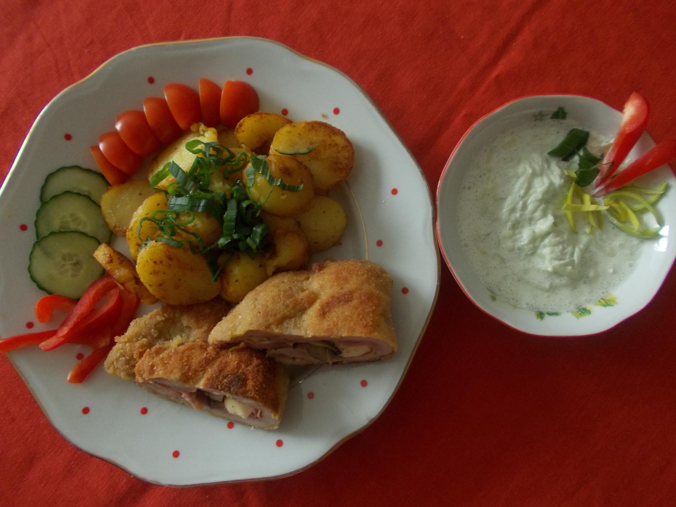 Plněný kuřecí řízek s opékanými brambory