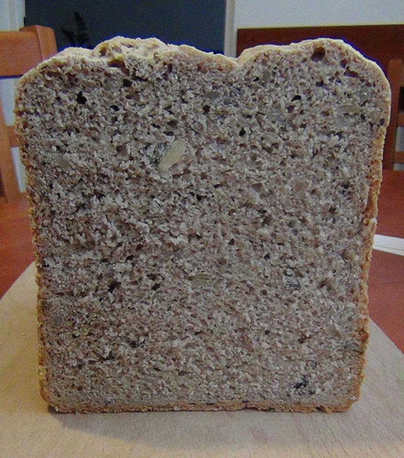 Fotografie receptu: Pšenično-žitný chléb se semínky z domácí pekárny