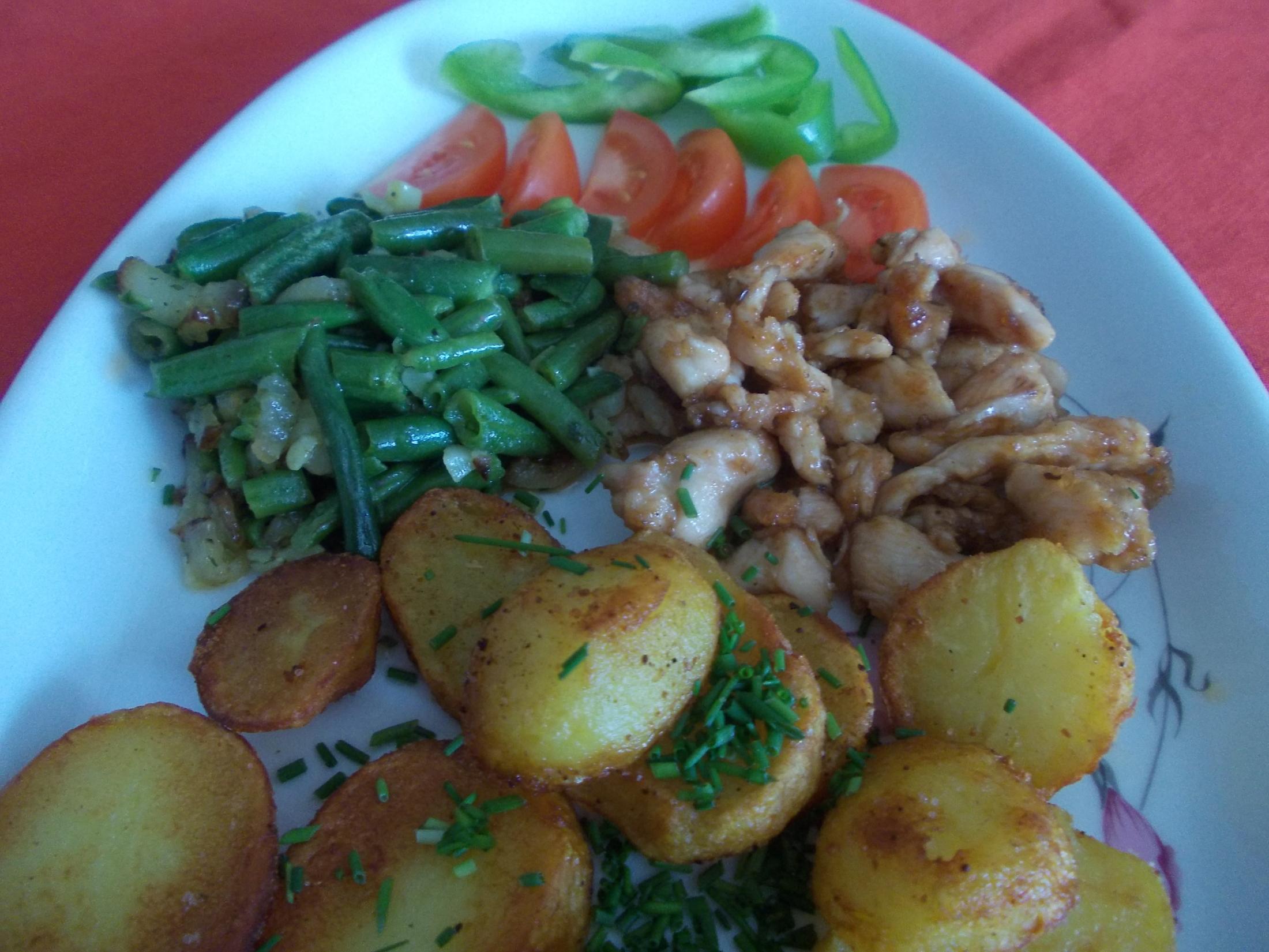 Kuřecí nudličky s opékanými brambory a anglickými fazolkami