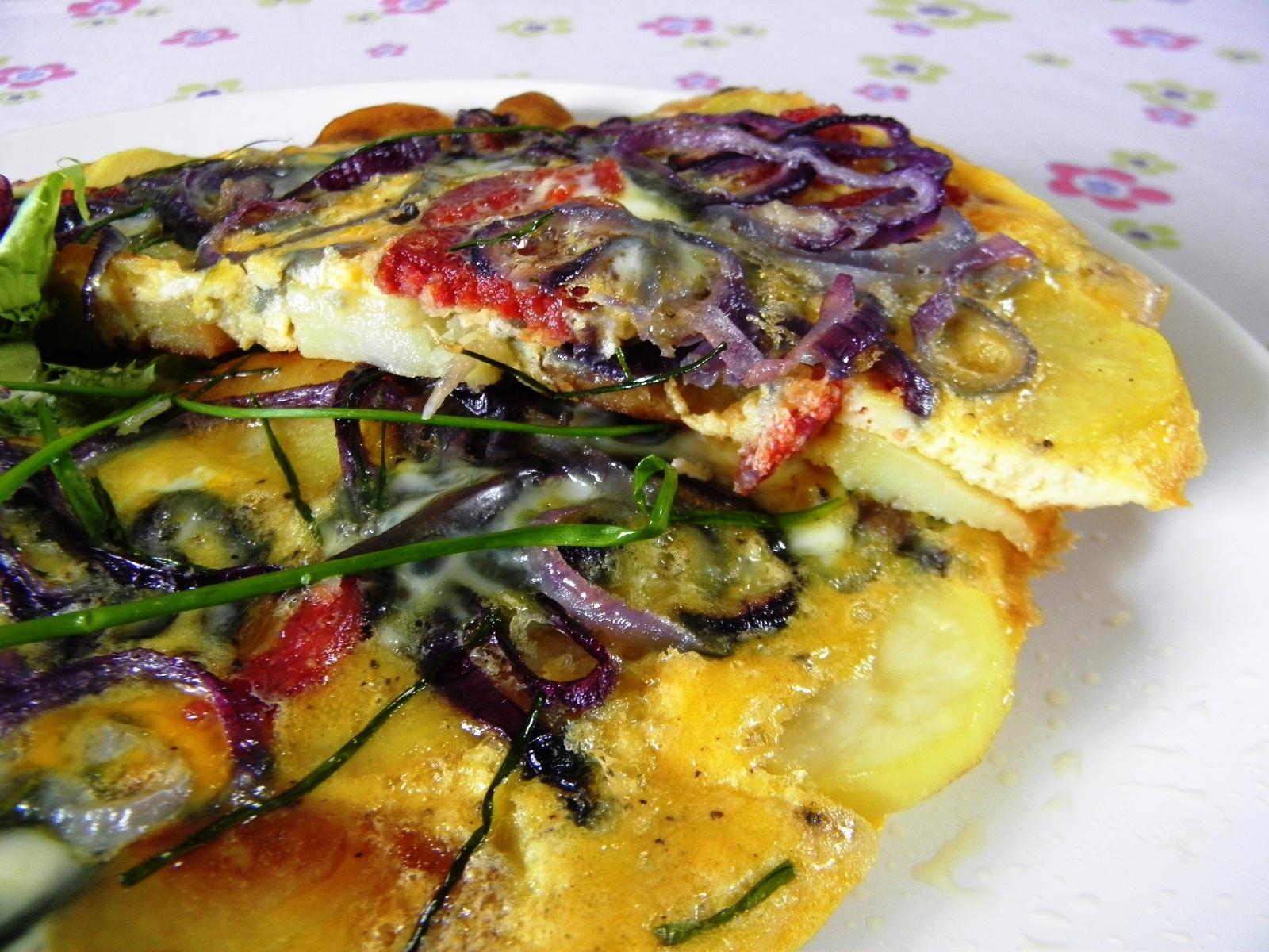 Vaječná omeleta s bramborem a klobásou