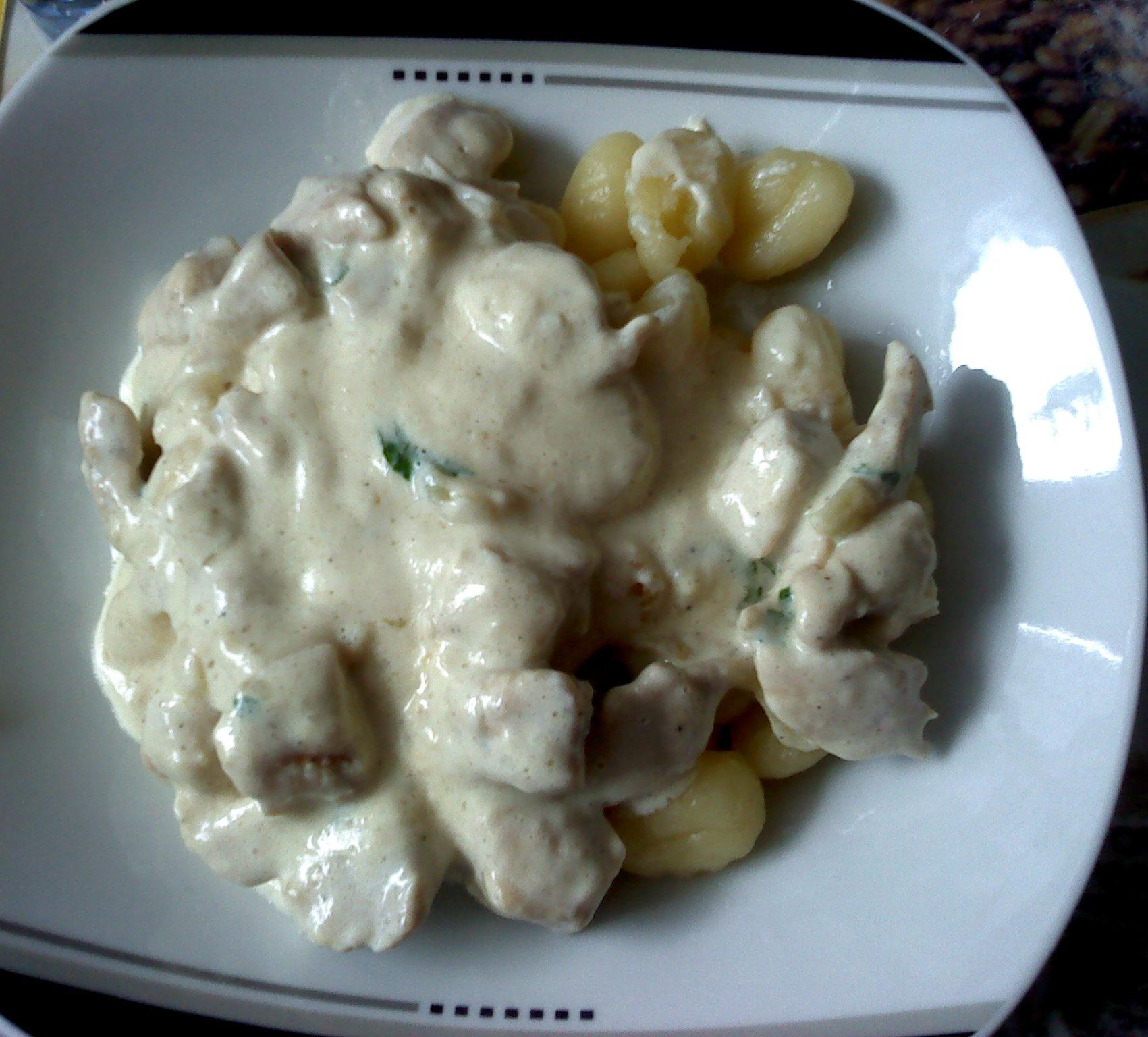 Gnocchi s kuřecími kousky a sýrovou omáčkou