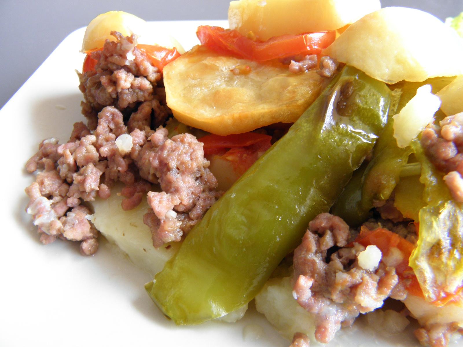 Zapečené hovězí maso s bramborem a zeleninou