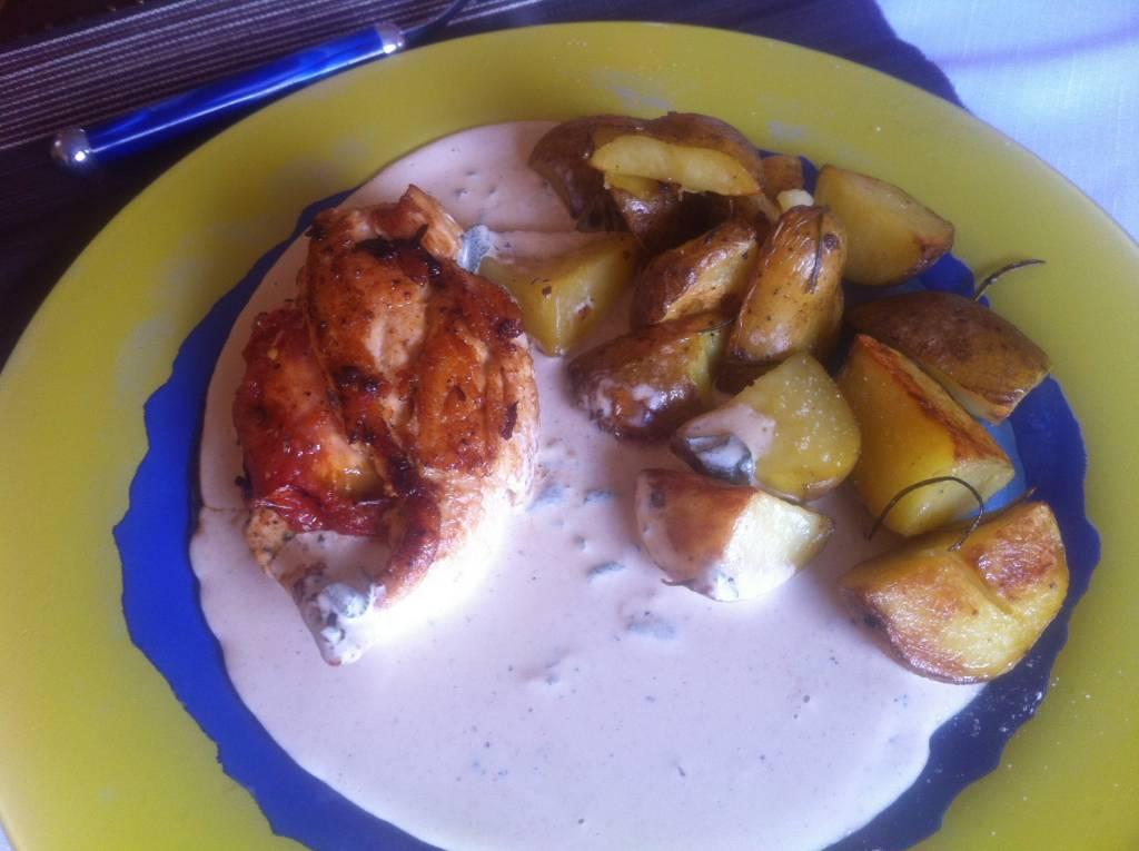 Plněná kuřecí prsa se sýrovou omáčkou a pečenými brambory