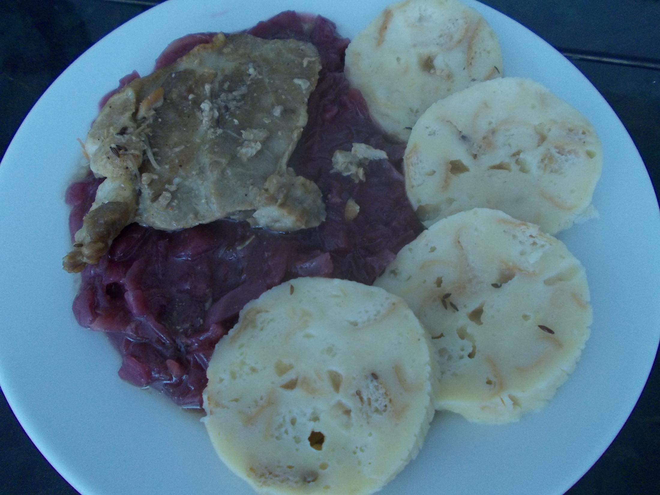 Fotografie receptu: Pečená krkovice s červeným zelím a karlovarským knedlíkem