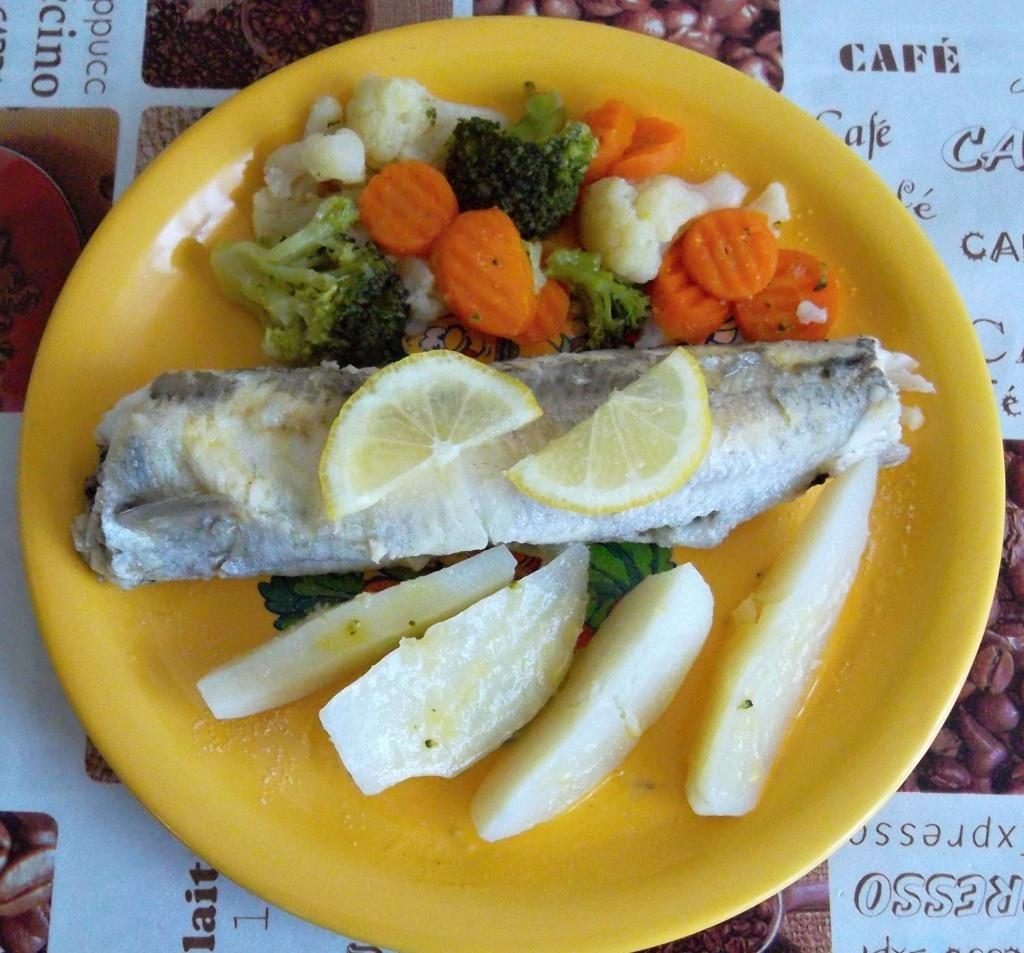 Pstruh s brambory a zeleninou