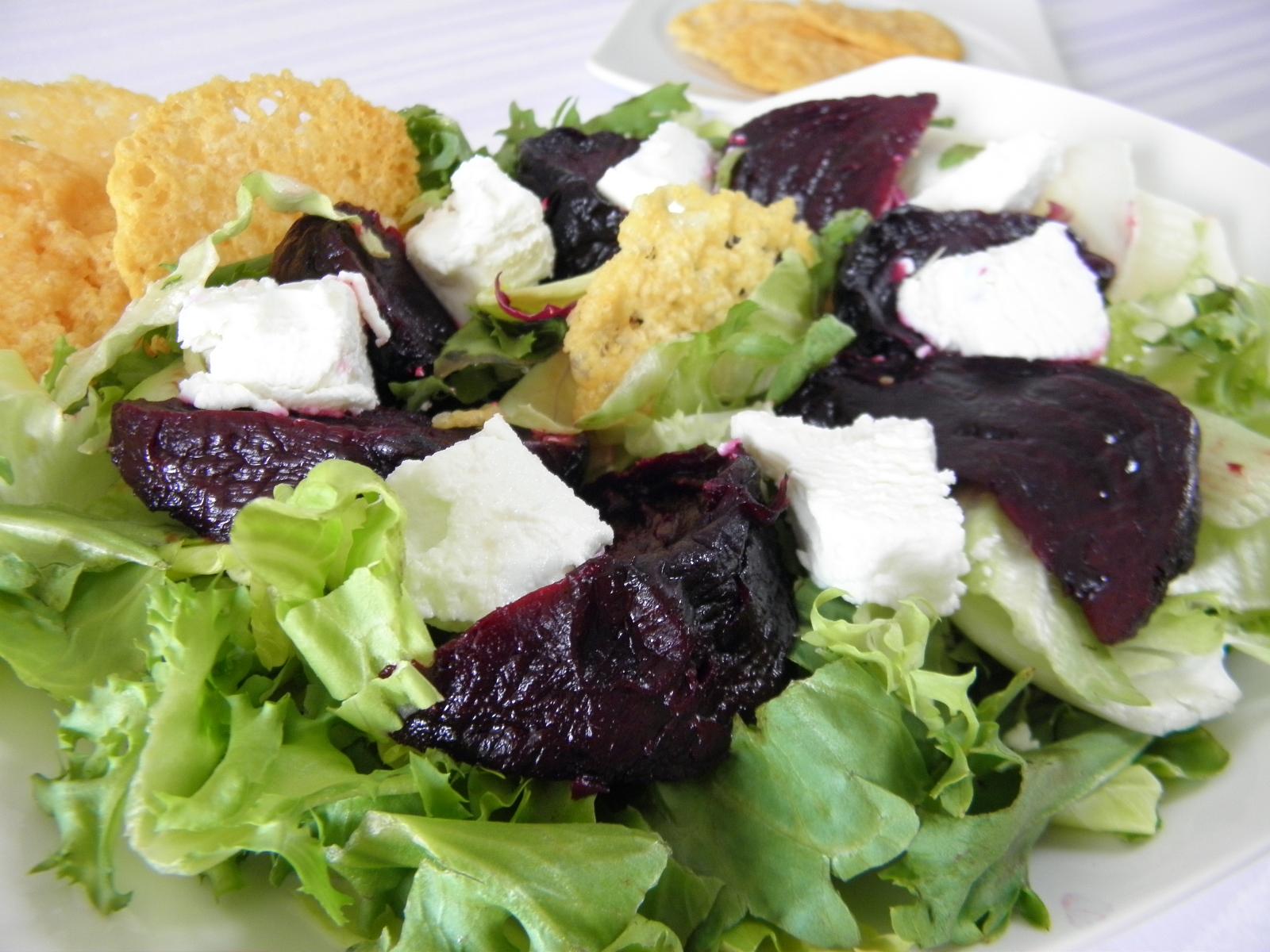 Salát s pečenou červenou řepou a sýrem