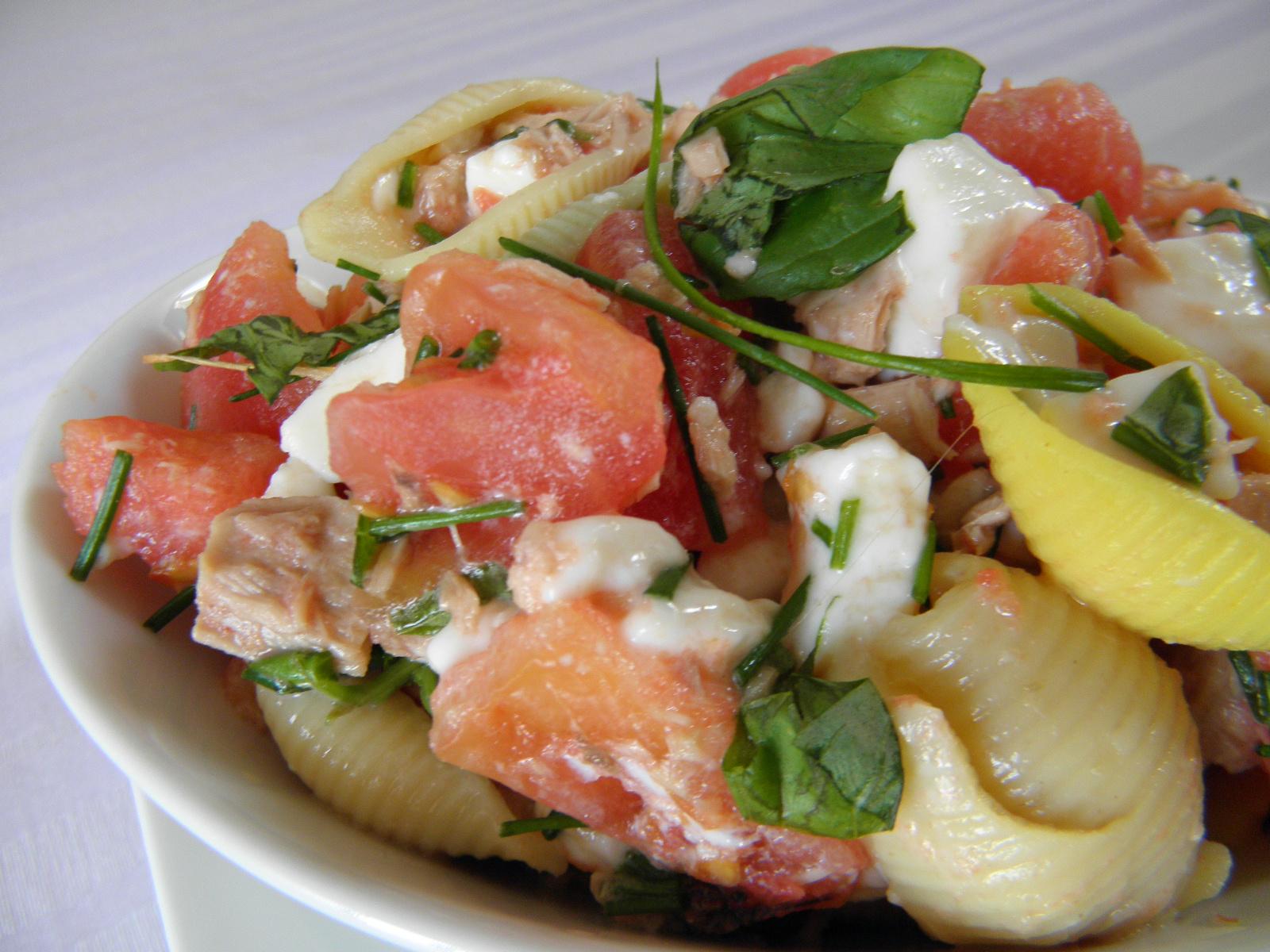Rajčatový salát s tuňákem a těstovinou