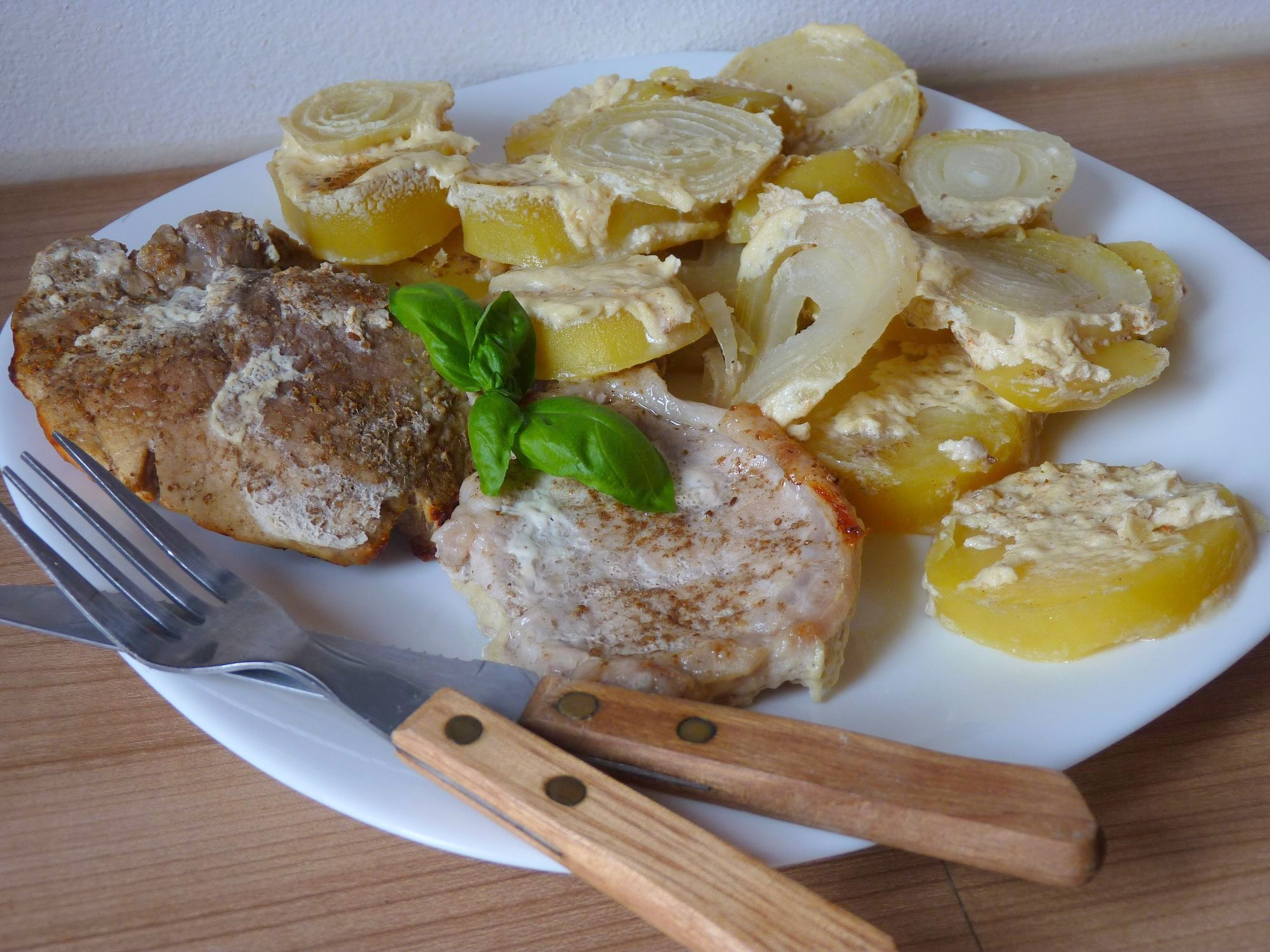 Vepřová pečeně zapečená s bramborem ve smetaně