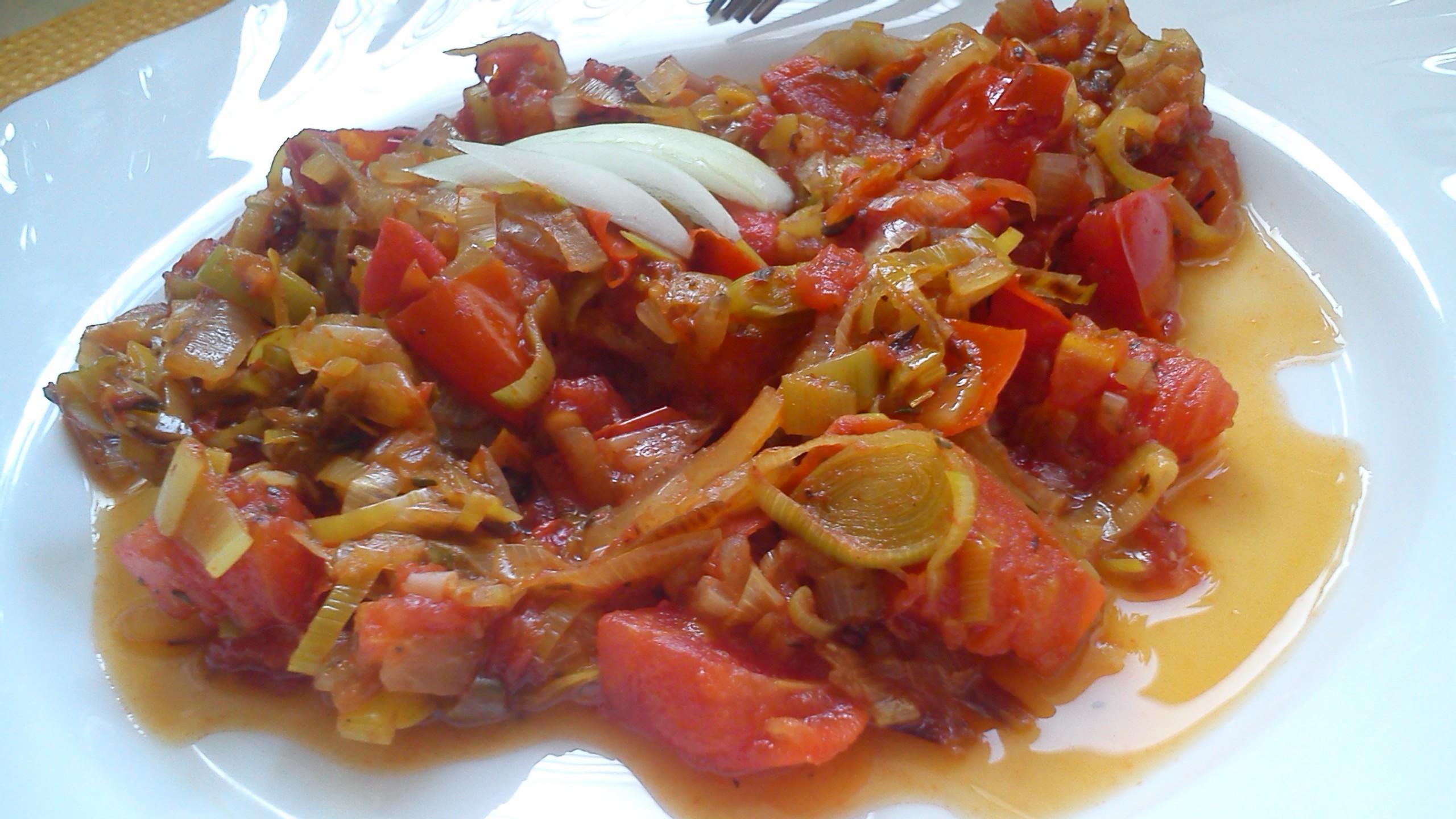 Veganská dušená rajčata s pórkem