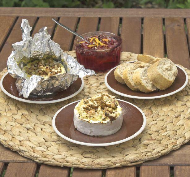 Grilovaný hermelín s hořčicí, ořechy a brusinkami