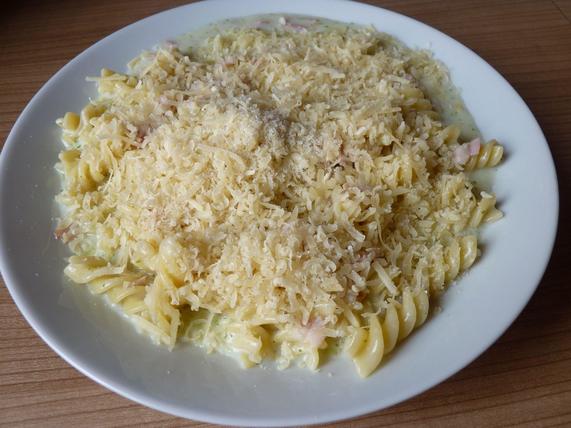 Těstoviny se sýrovou omáčkou a pestem