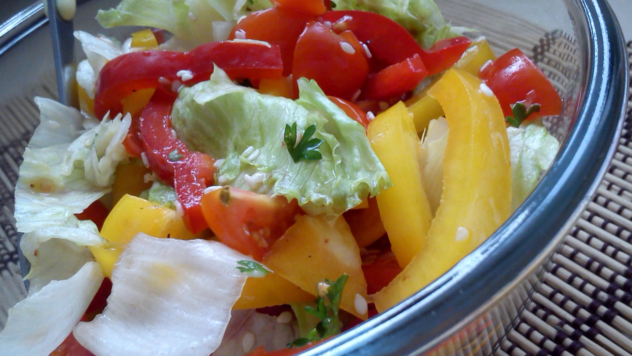 Zeleninový salát s rajčátky a sezamem