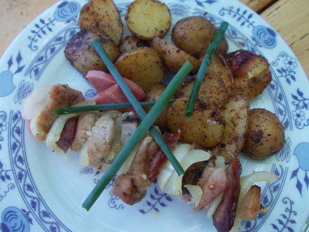 Vepřové ražniči s grilovanými brambory