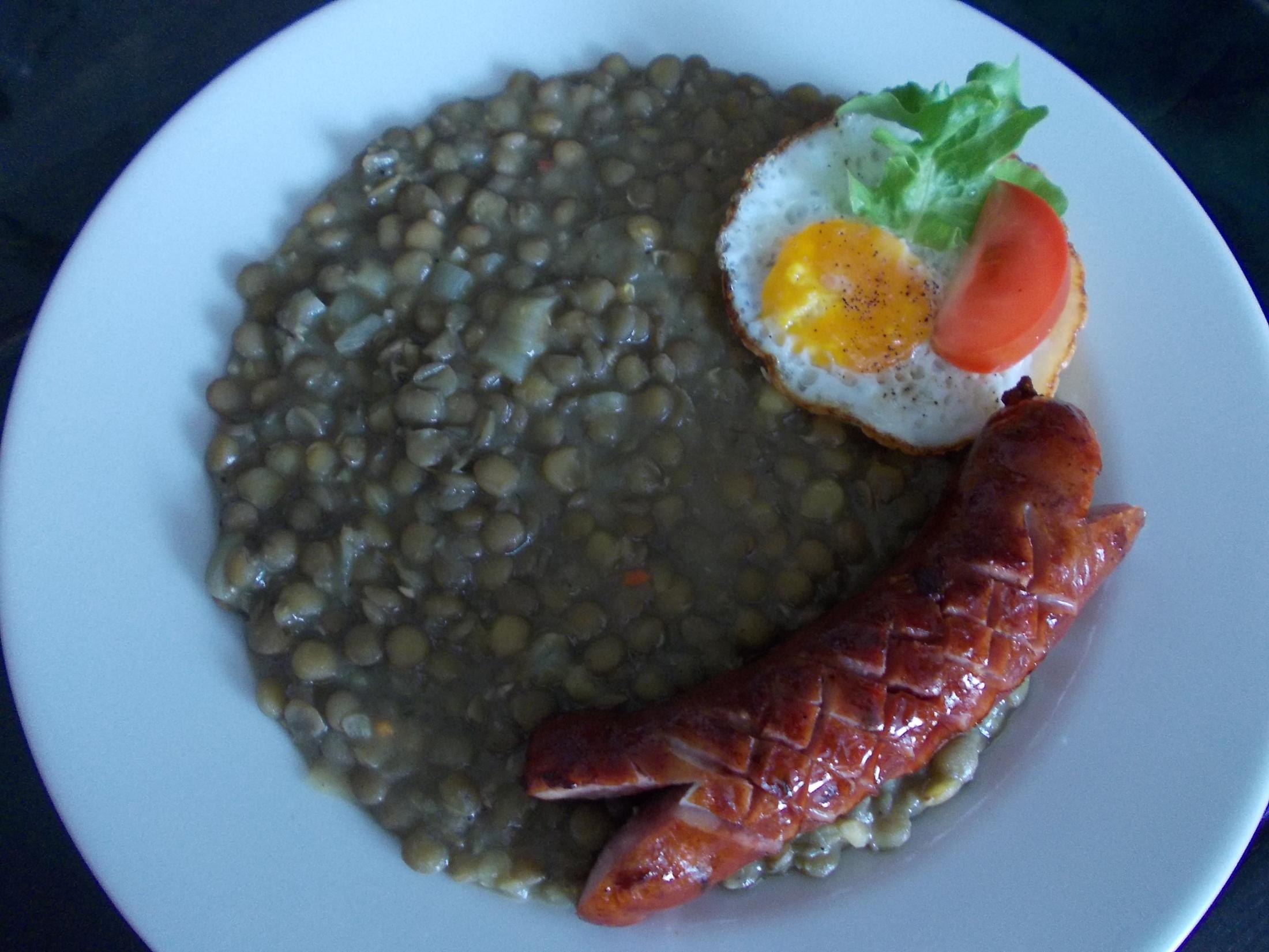 Čočka na kyselo s klobásou a sázenými vejci