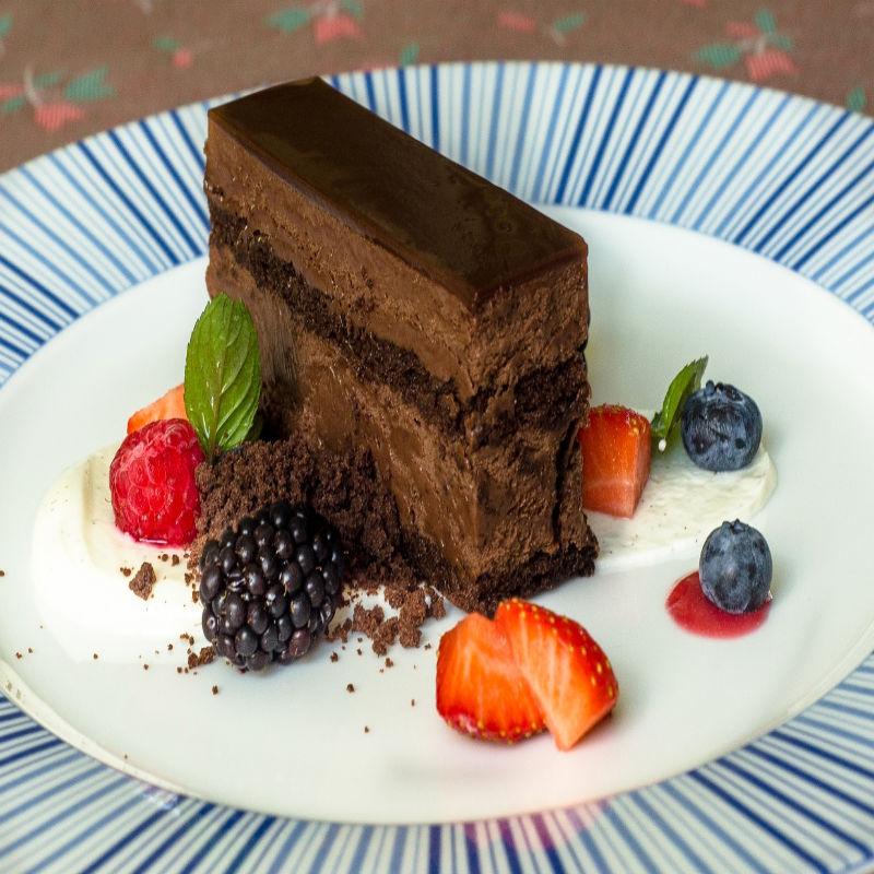 Čokoládový řez s lesním ovocem a tvarohem