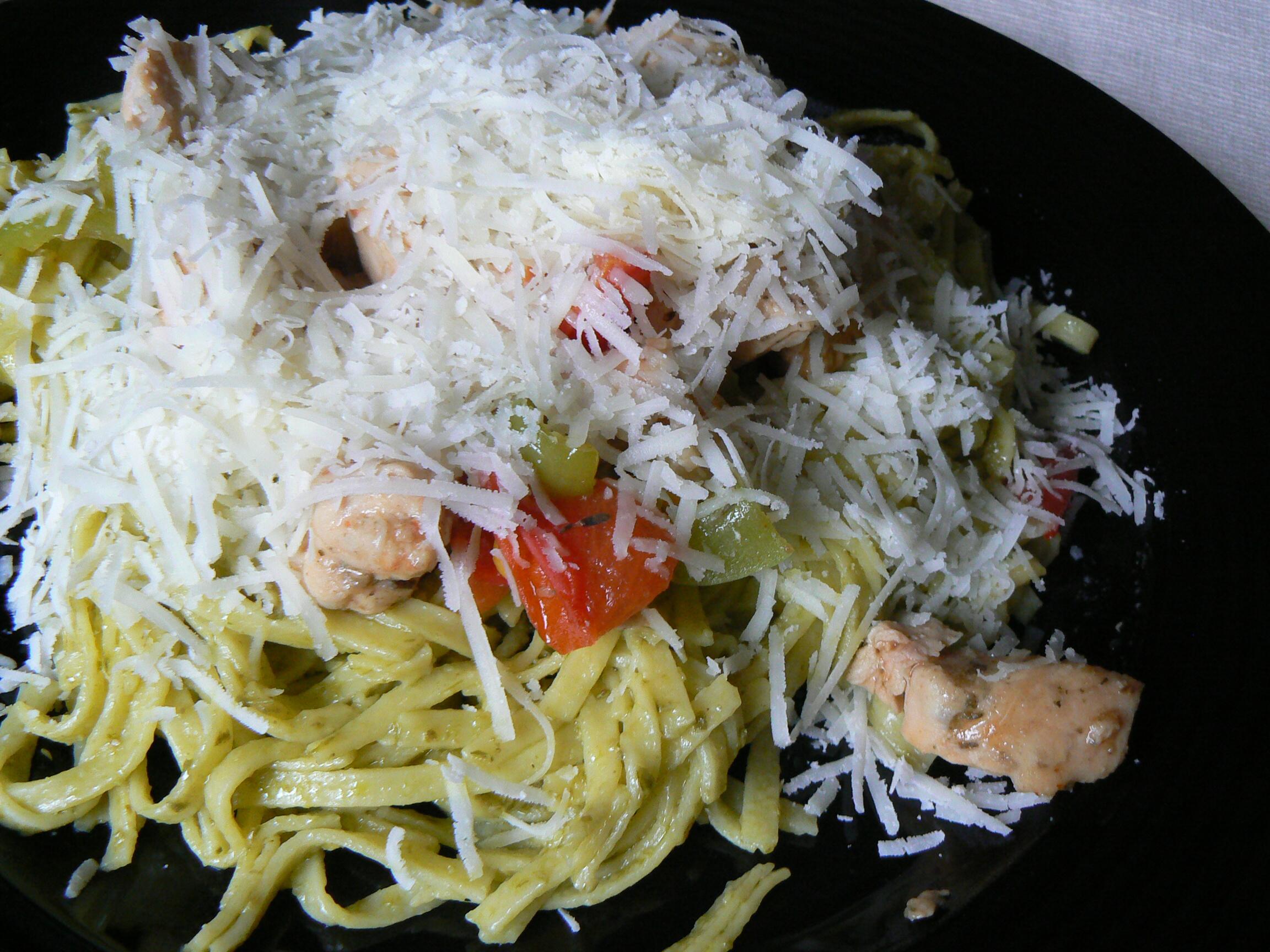 Fotografie receptu: Tagliattele s pestem a kuřecím masem
