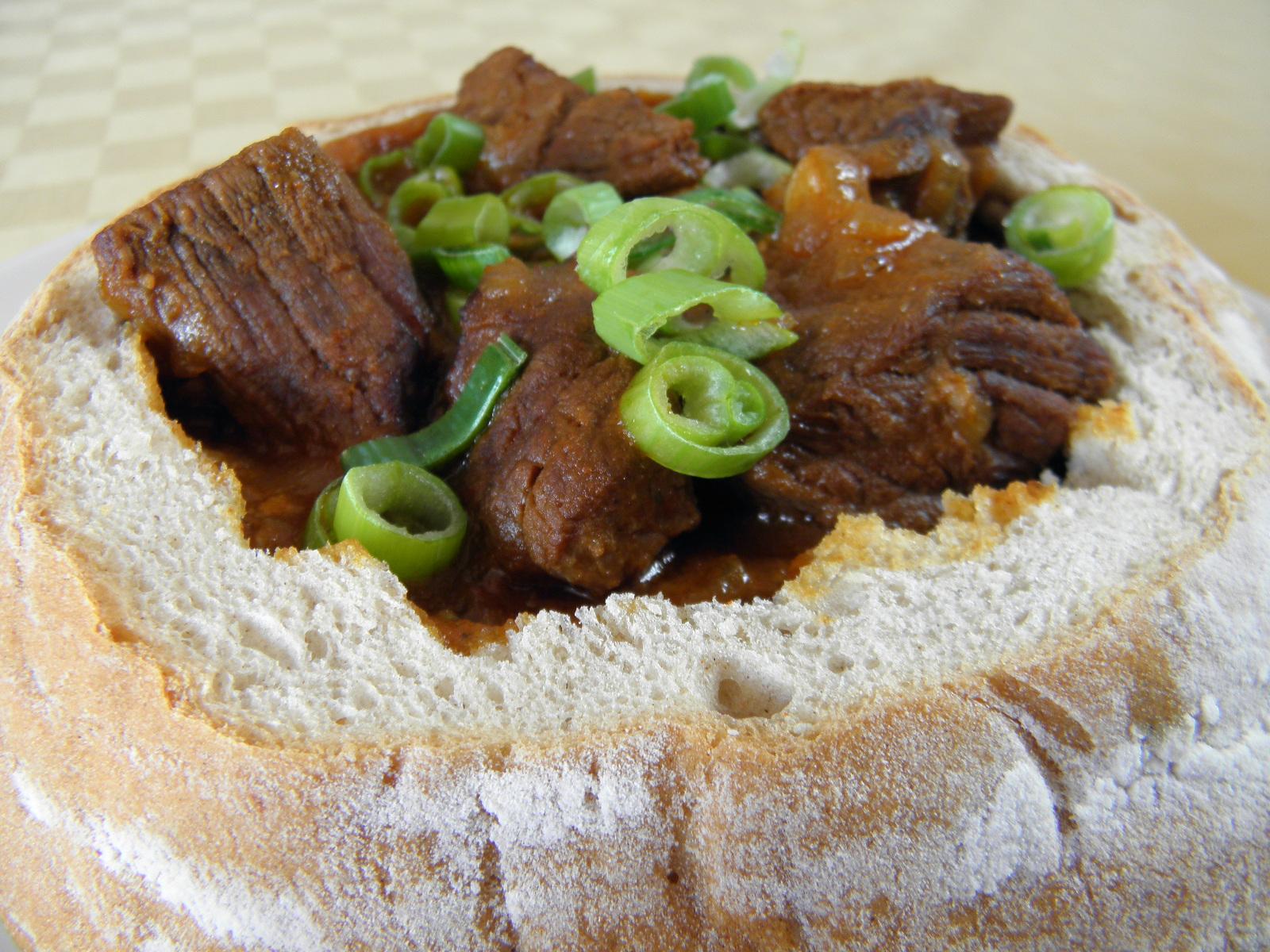 Pikantní guláš v chlebu