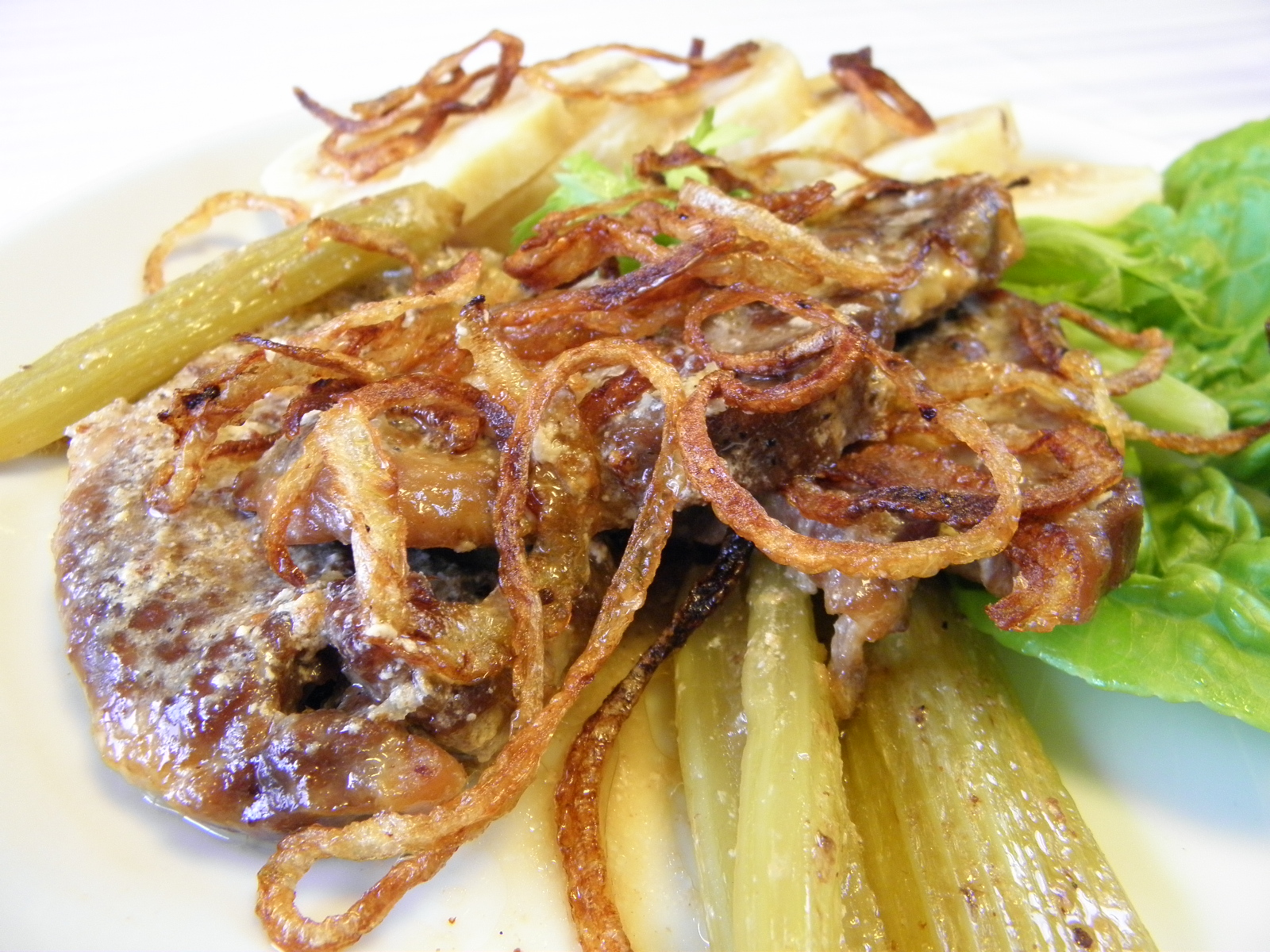 Fotografie receptu: Pečená krkovice na celeru se smaženou cibulkou