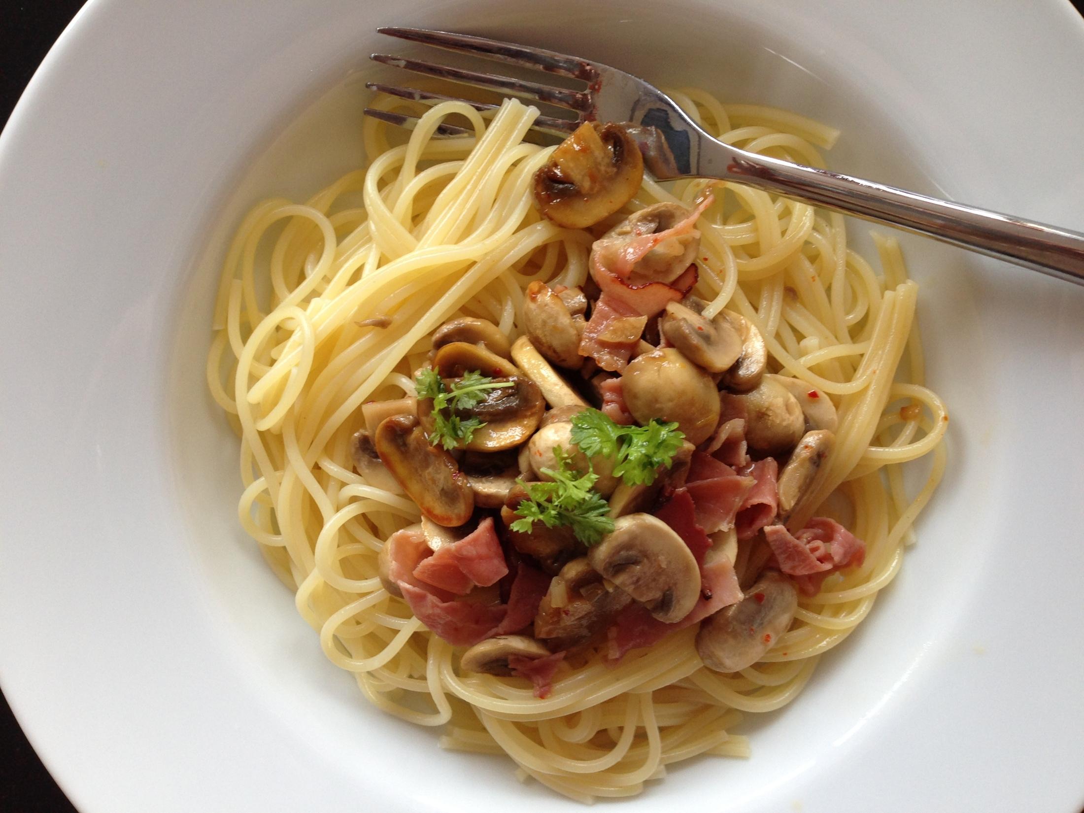 Špagety s žampiony a schwarzwaldskou šunkou