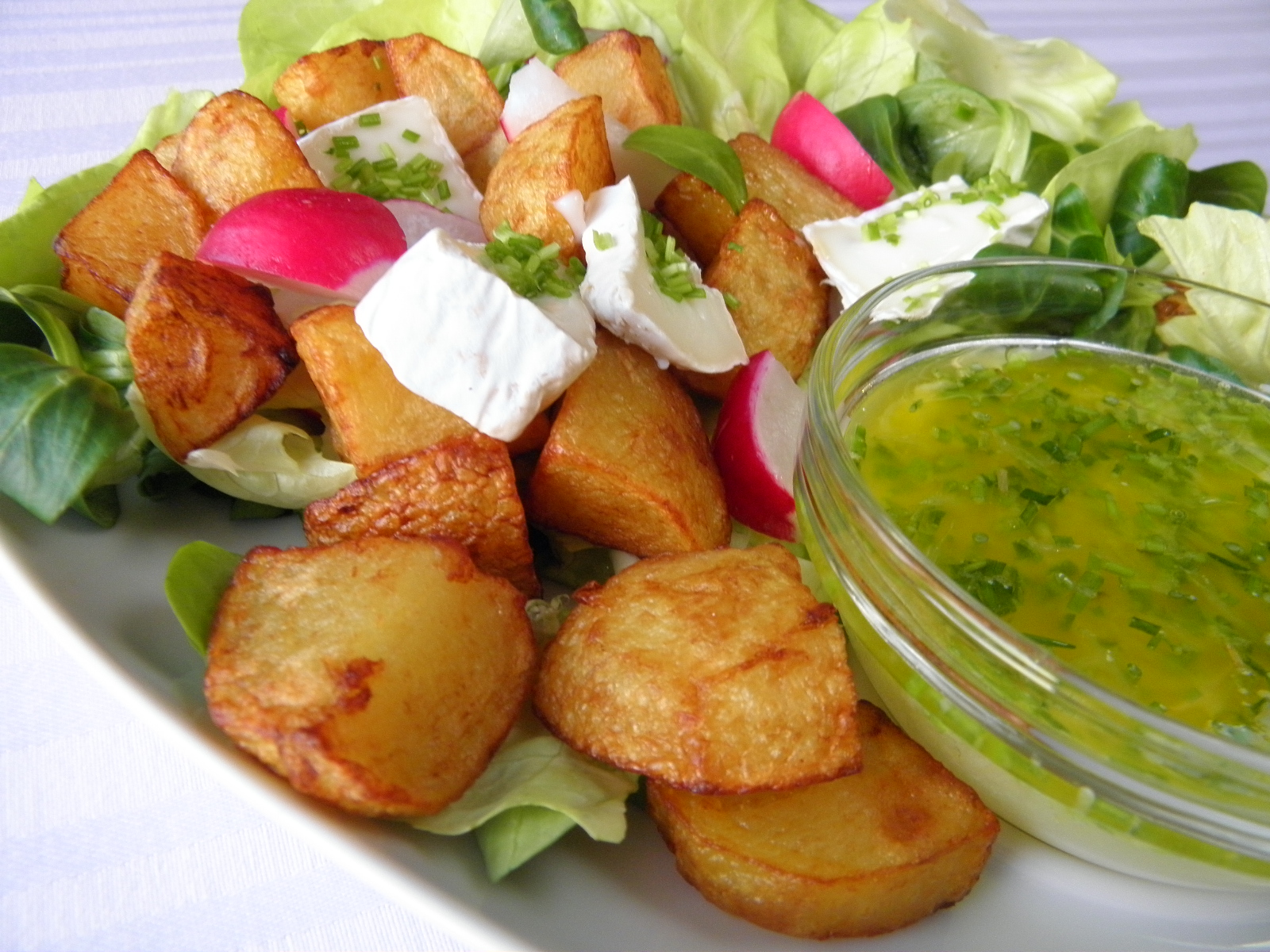 Zeleninový salát s bramborem a sýrem