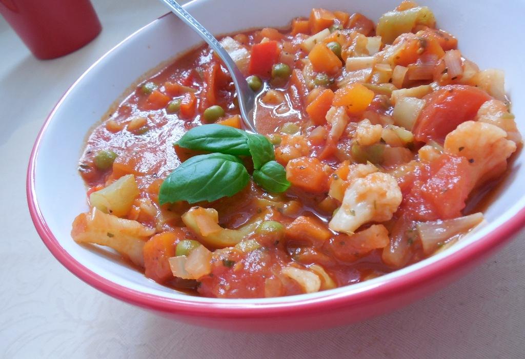 Zeleninová pánev v rajčatové omáčce