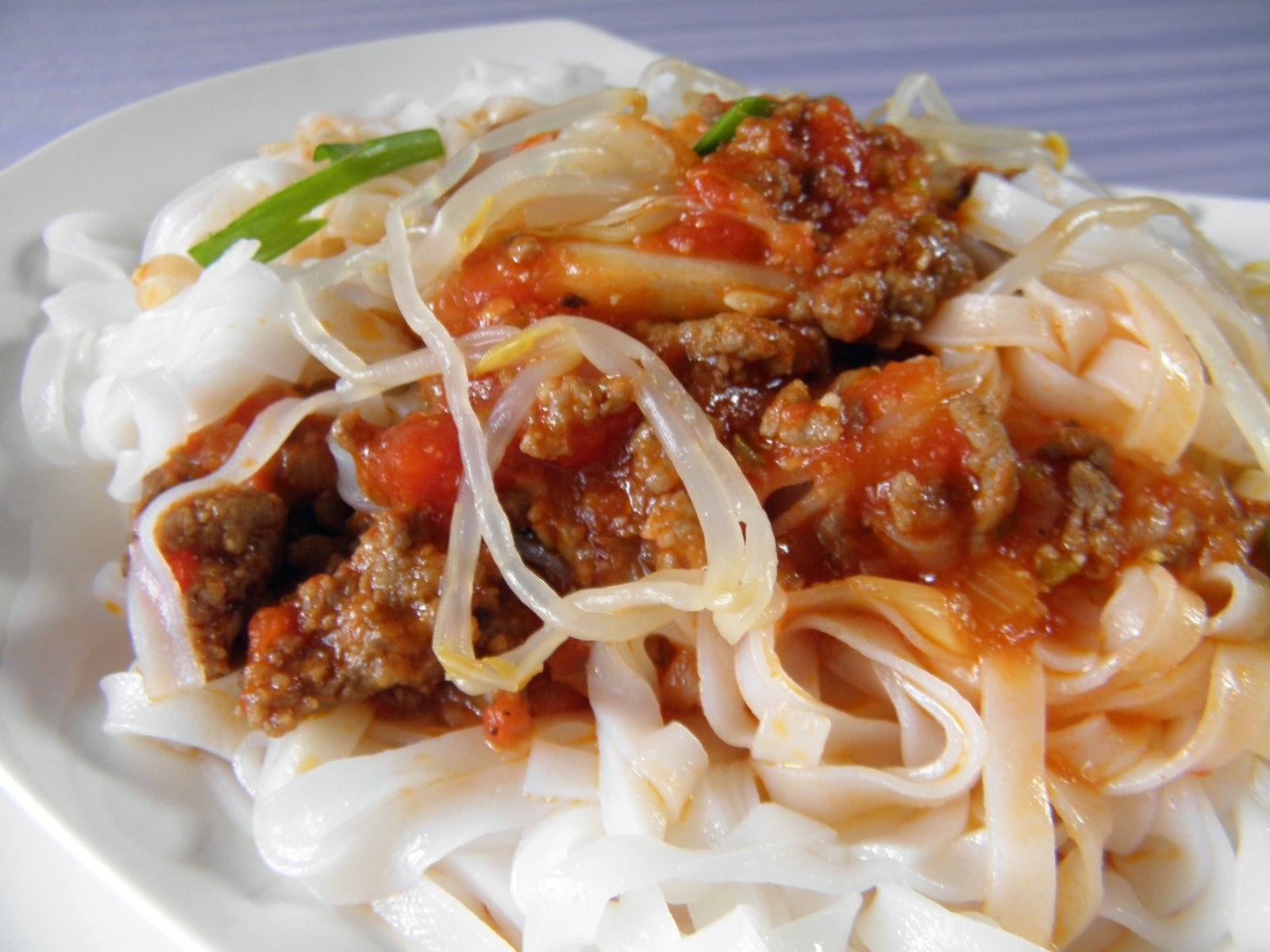 Fotografie receptu: Rýžové nudle s pikantním masem