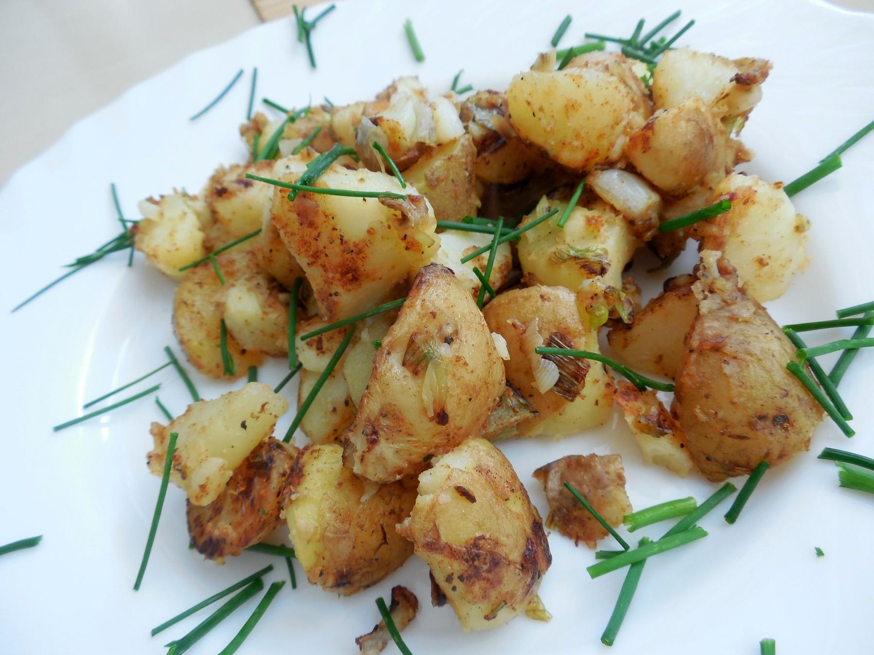 Opékané nové brambory na cibulce