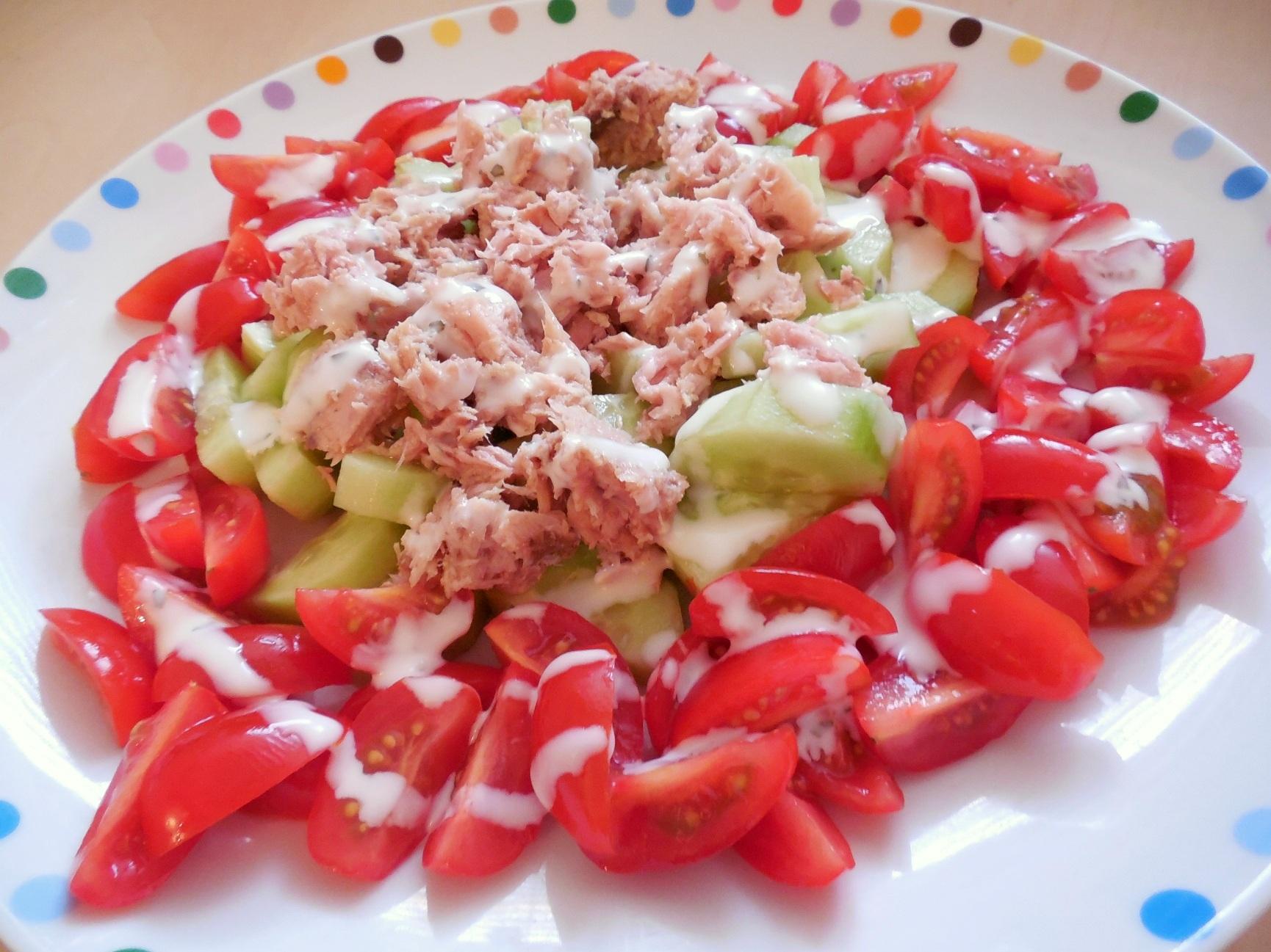 Zeleninový salát s tuňákem a jogurtovým dresinkem