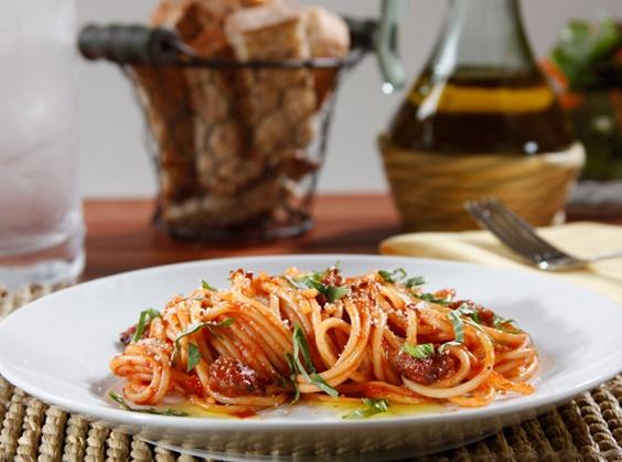 Fotografie receptu: Barilla Spaghetti s italskou klobásou, rajčatovou omáčka a bazalkou