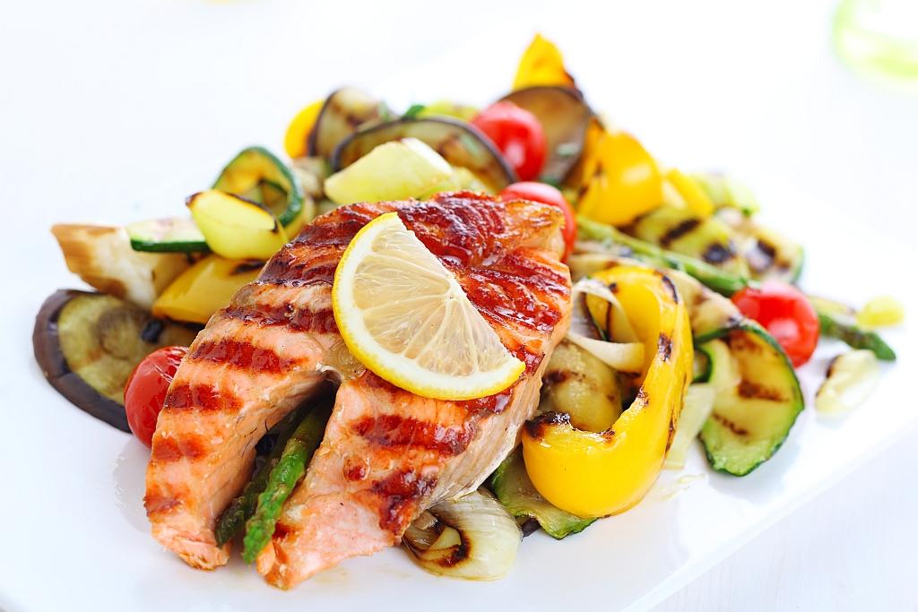 Fotografie receptu: Grilovaný losos s baskickou omáčkou a grilovanou zeleninou