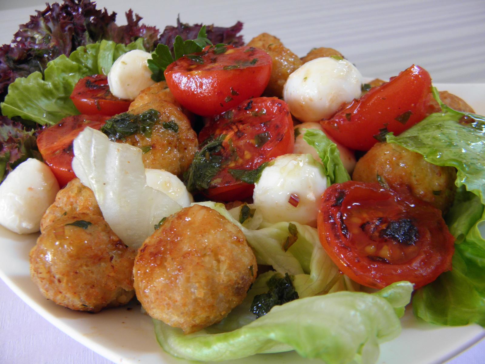 Fotografie receptu: Salát se sýrem a masovými kuličkami