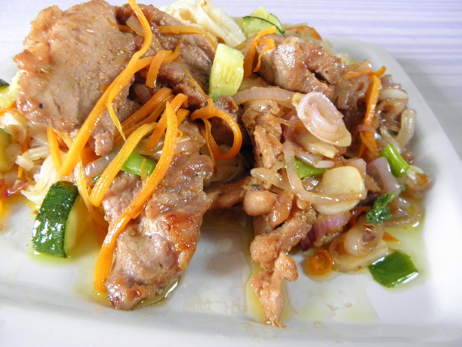 Fotografie receptu: Vepřové plátky s cuketou a rýžovými nudlemi