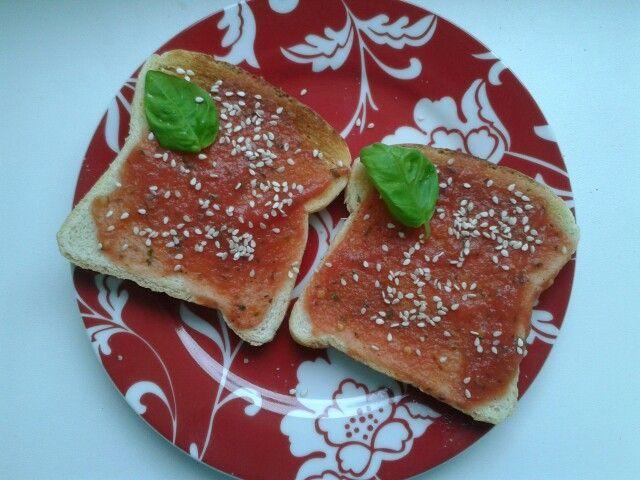 Fotografie receptu: Vegetariánské tousty s rajčatovo-bazalkovou nátěrkou