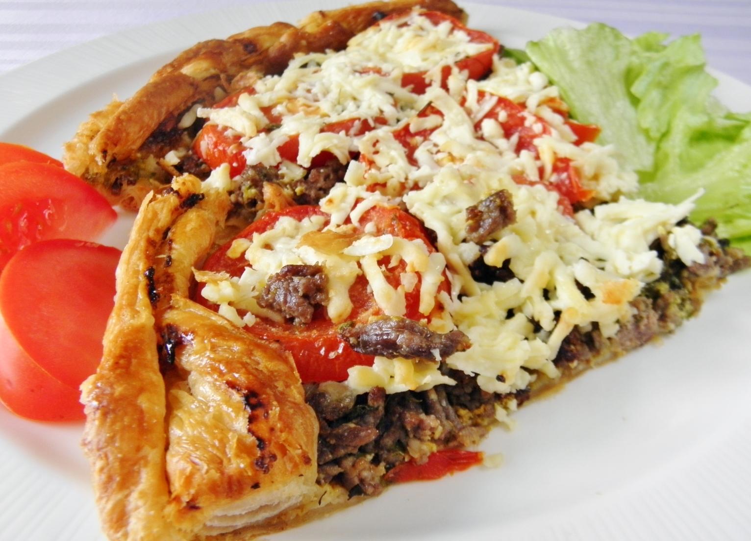 Fotografie receptu: Slaný rajčatový koláč s masem