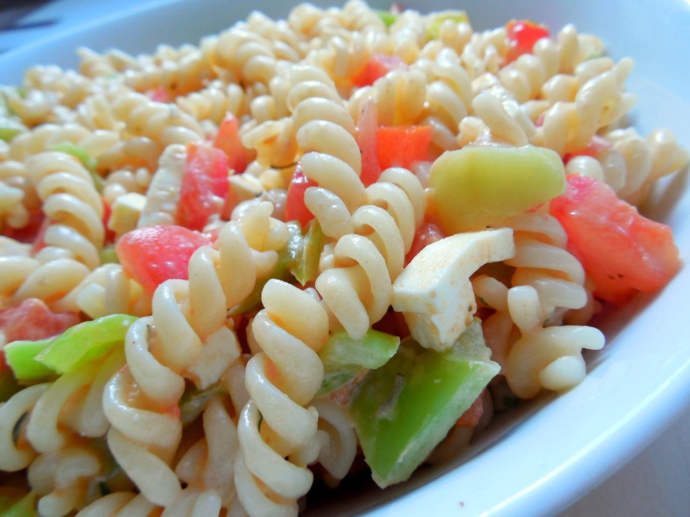 Těstovinový salát se zeleninou a sýrem