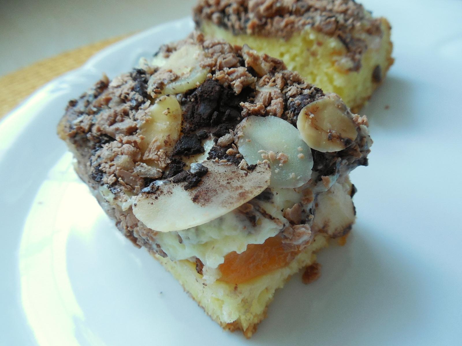 Piškotový dezert s pudinkovým krémem a mandlovými plátky