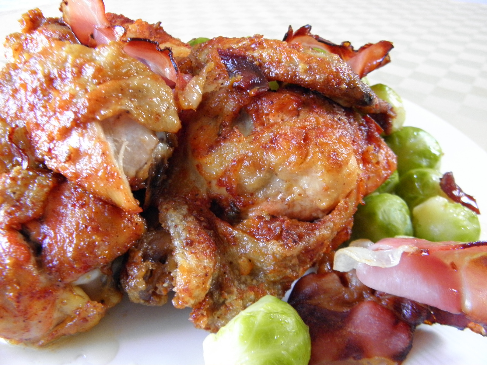 Kuřecí kousky zapečené s kapustičkami a slaninou