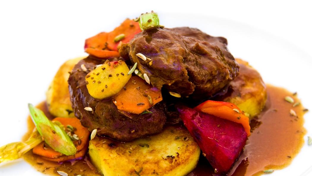 Vepřová líčka na zázvoru s bramborovými placičkami a pečenou zeleninu