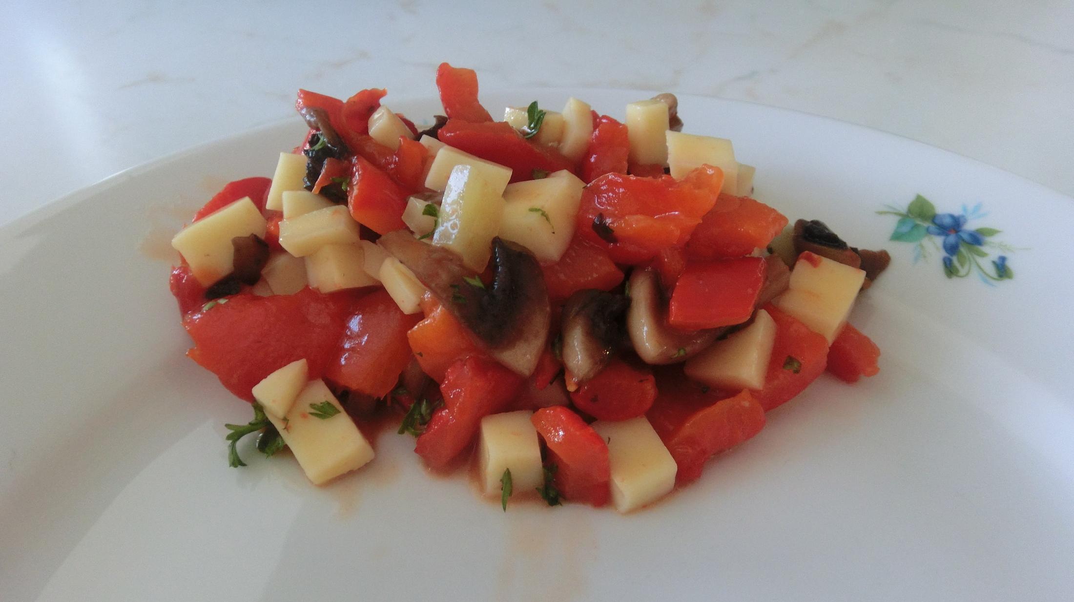Salát z pečených paprik se žampiony a sýrem