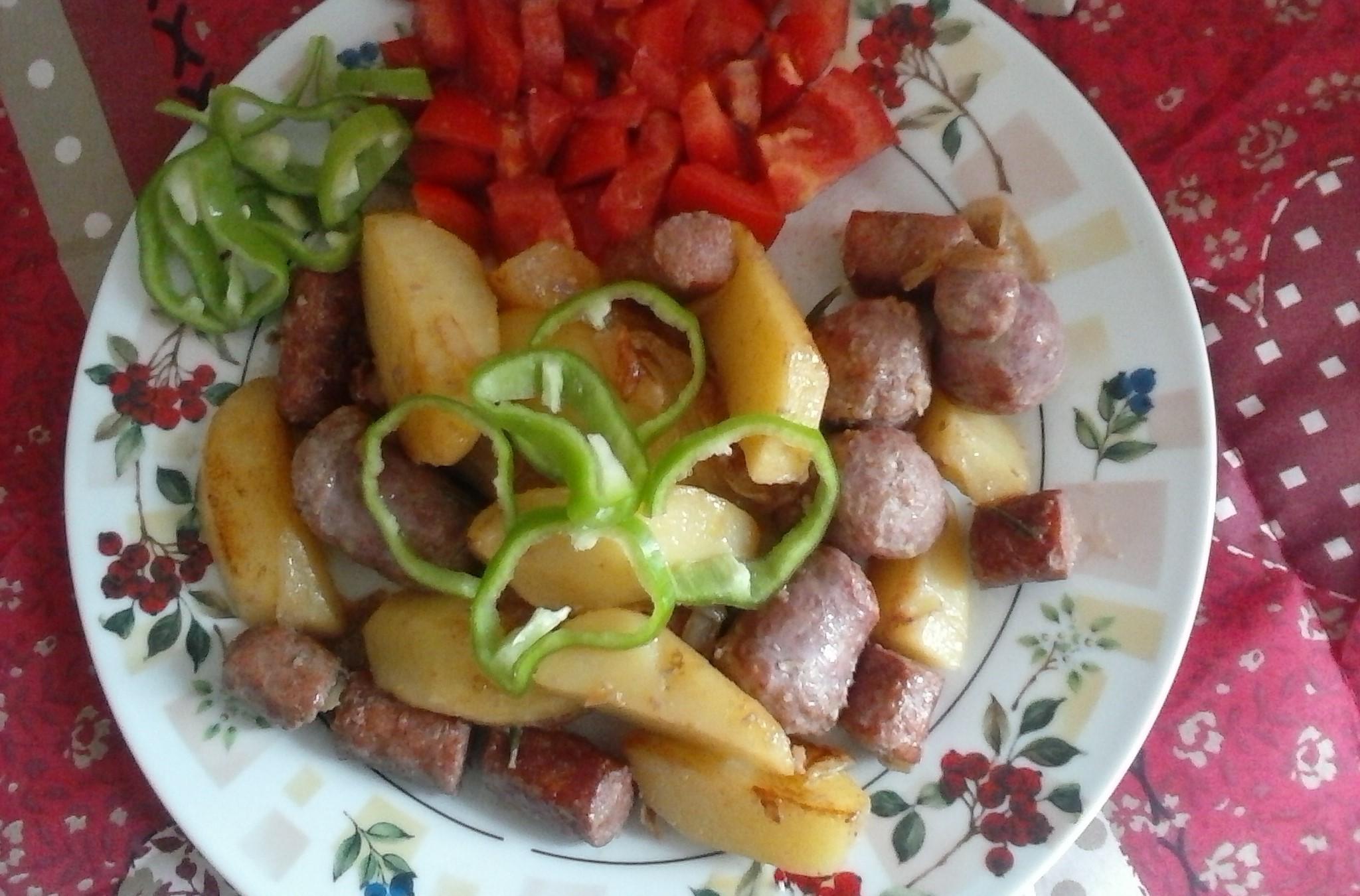 Pikantní pánev s bramborem a klobásou