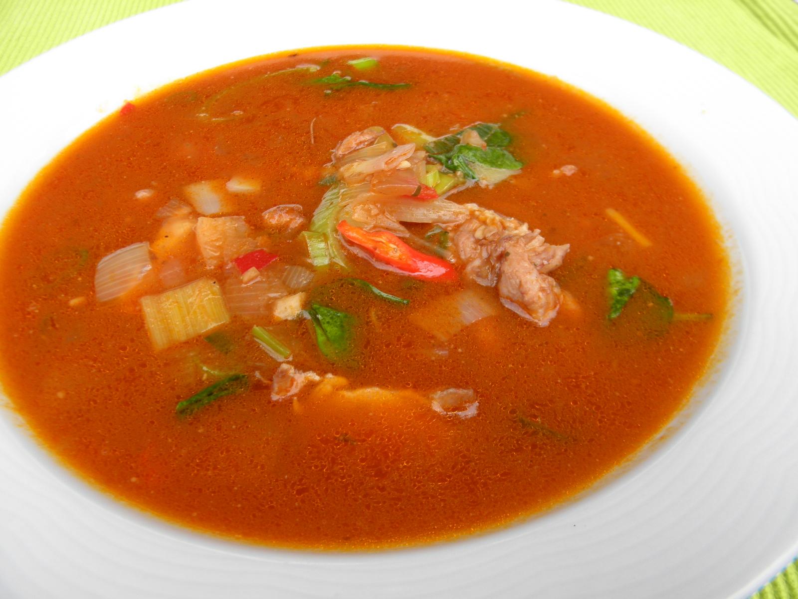 Ostrá polévka s kuřecím a zeleninou