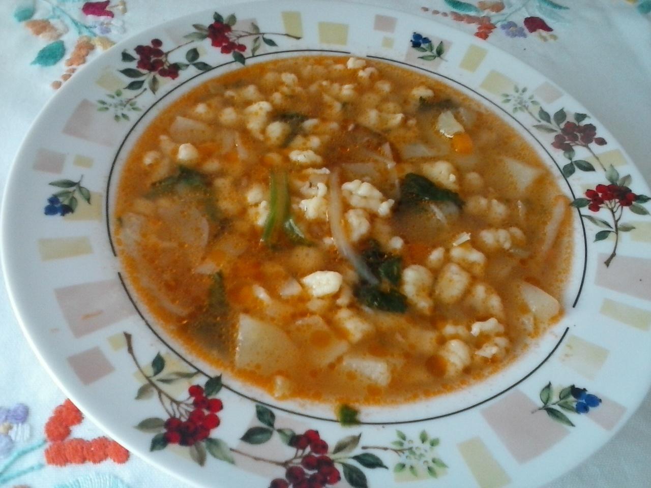 Zeleninová polévka s mletým masem a nočky