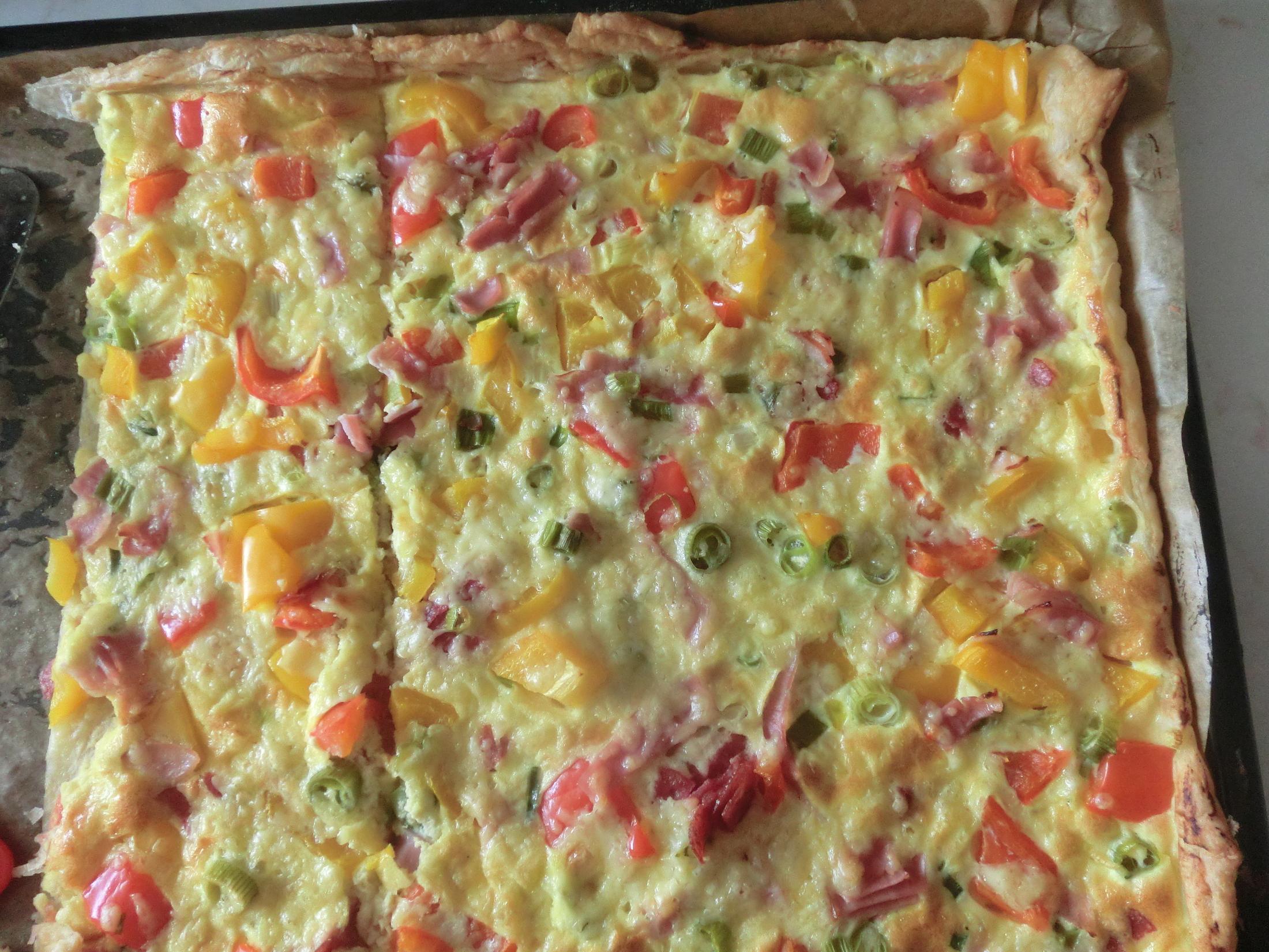 Fotografie receptu: Slaný koláč z listového těsta s paprikou a šunkou