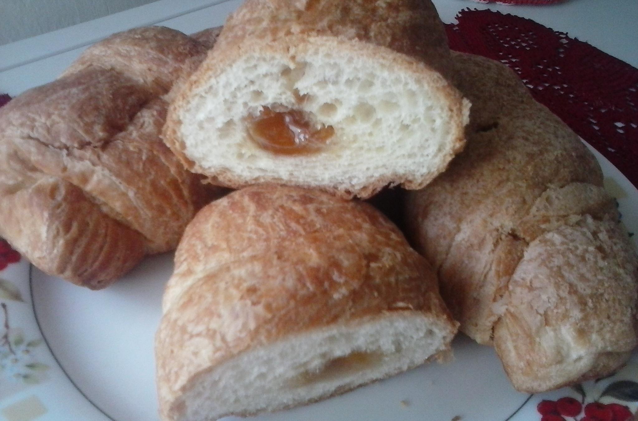 Kynutý croissant s marmeládou