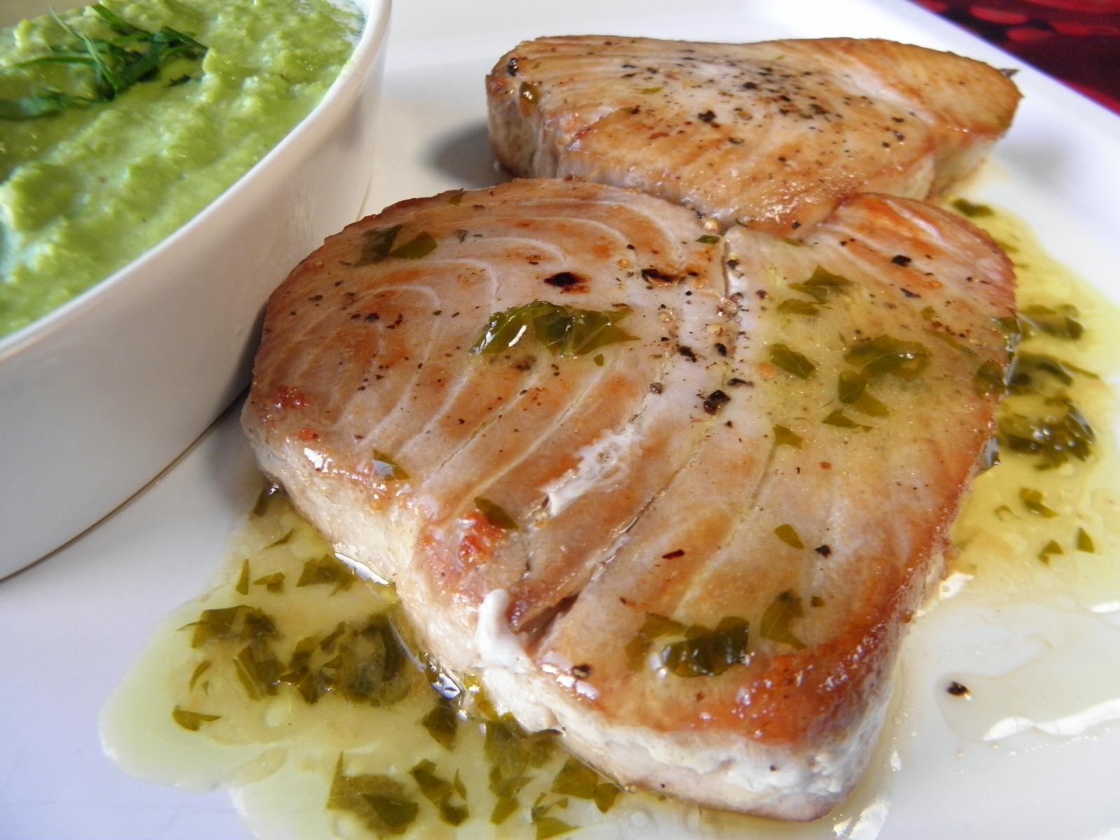 Minutkový tuňák s máslovo-bylinkovým přelivem