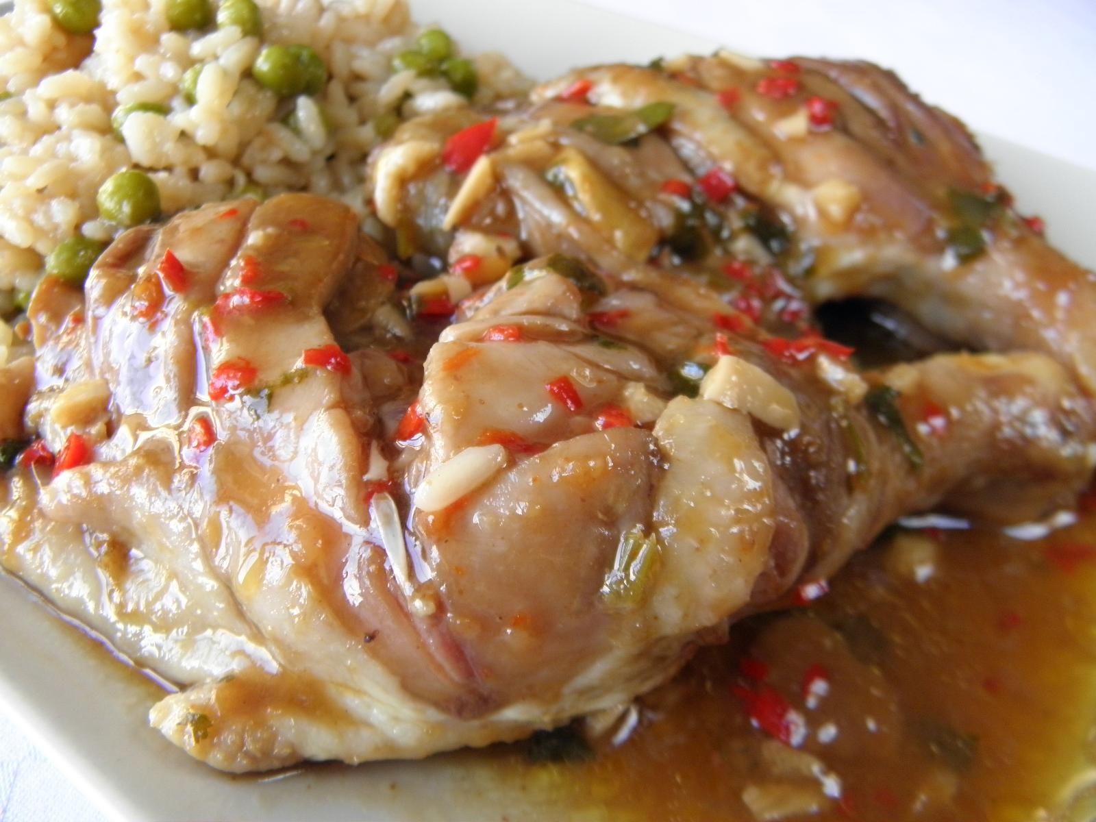 Dušené kuřecí stehno s pikantní omáčkou