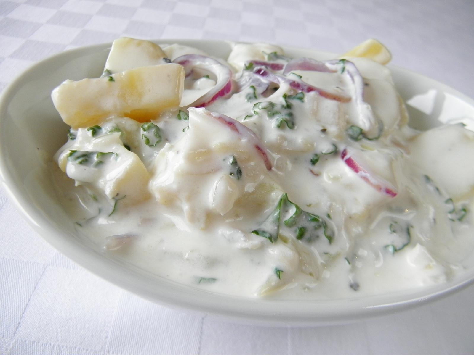 Bramborový salát s cbulí a jogurtem