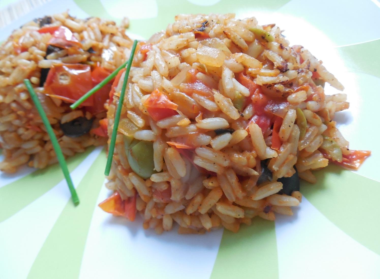 Smažená rajčatová rýže s olivami