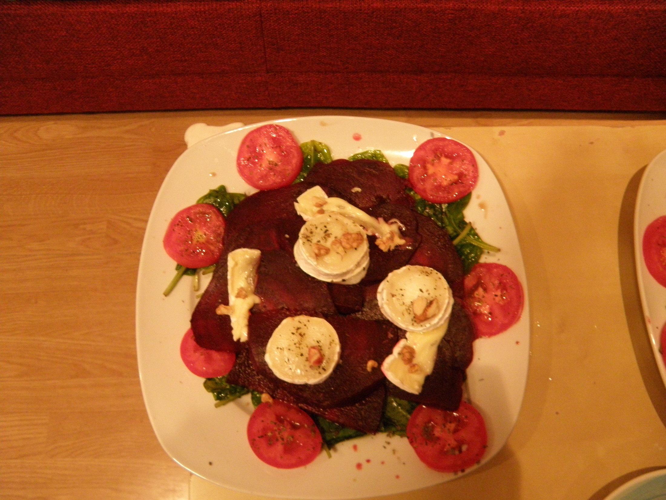Salát z červené řepy a kozího sýra